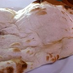 マントラカフェ - mantra cafe @銀座ファイブ 見た目象の皮膚のようなモチモチ食感のナン ランチ時はお代わり無料