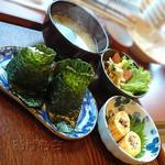 居心 - Bランチのご飯、味噌汁、サラダ、小鉢