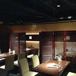 Dining Space FELIZ - 間接照明に囲まれたテーブル席です。