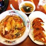 上海飯店 - 料理写真:上海飯店 @佐野 中華丼 650円、ギョーザ 390円