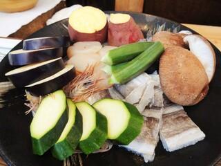 旬彩 天ぷら 心来(しんら) - 本日のランチの素材です。4人分。鱧、帆立、ズッキーニ、オクラ、茄子、海老、薩摩芋。