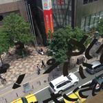 ツナパハ - 西通りの眺めがいいテーブル!