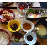 絹空 - 海鮮ひょうたん膳(850円)・・から揚げ・蒸し野菜・刺身・お吸い物・小鉢のセットです。