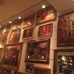 トラットリアチッチョ - 壁一面に絵画が
