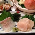 三平酒寮 舟甚 - お造り2種(貝柱・ひらめ)、奥は冷やしトマト