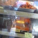 高橋肉店 - 出来たての揚げ物がショーケースに