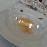 29104285 - 硝子のドームの中に飴で蜂のお尻を!