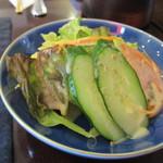 珈琲のシャポー - 先ずはセットのサラダが運ばれてきました、野菜にかかってるドレッシングは胡麻を使った甘みのあるドレッシングでしたよ。