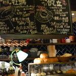 港町バル - 手書きの黒板!バルらしく賑やかな感じ。イチオシの牡蠣や帆立のレコメンド!