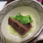 天雅 - 黒毛和牛のザブトンの網焼き。