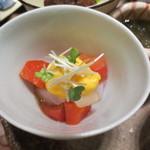 天雅 - サーモンとフルーツトマトとスミイカの上には黄味酢が。