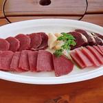 ダチョウ王国観光牧場 - 基本セット 2800円 (2013/11)のお肉ですw (^^  脂肪とカロリーがかなり少なくて、超絶ヘルシーです(^^b