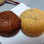 29114935 - カレーパン(左)と夏限定のトマトカレーパン。どっちも194円。