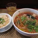 アイヤラー - トムヤム麺・ミニチャーハン付680円。 生ハーブが色々入ったスープは、ライトでありながら複雑な味。 麺は米麺でした。