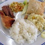 パウロズレストラン - 時計回りにライス、チキングリル、煮込みビーフ、サラダ、セロリの酢漬け、パステル(ブラジルのラビオリ)、チキンピラフ