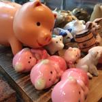 やきとん玉や - カウンターに並ぶ豚さんたち