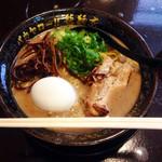 バカヤロー 龍麺房 - 白豚骨780円。                             トッピングは、ネギ・キクラゲ・チャーシュー・味玉子。