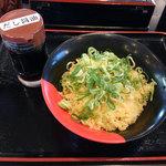 伊予製麺 - ごはんに天かすとねぎをのせて。だし醤油をかけて食べます。