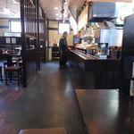 伊予製麺 - 店内は清潔感があります。