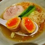 支那そばや 新横浜ラーメン博物館店 - 烏骨鶏の味玉は黄身が濃厚で初体験♪