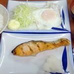 大公 - 目玉焼きと鮭甘塩焼き(鮭玉子)