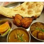 インド料理スラージ - Delhi Set(2100円)・・タンドリチキン・ナスとジャガイモのカリー&チキンカリー・ナンorライス  ・サラダ・アイスクリーム・ホットチャイorラッシーorアイスコーヒーのセットです。