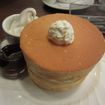 星乃珈琲店 - ふわふわの「スフレパンケーキダブル」です。ソフトクリームをトッピングし、メープルシロップで頂きました。