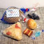母恋めし本舗 - ほっき貝おにぎり×2、燻製玉子、燻製チーズ、茄子の漬物、ハッカ飴