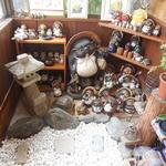 有明堂 - 店内に中庭が 狸だらけです