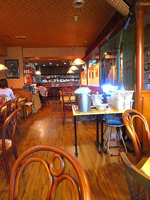 サイゴン・レストラン - 落ち着いた店内(祝日11:30頃、この後20分で満席に)