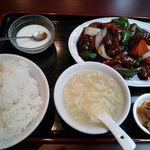29143648 - 黒酢豚定食とサービス杏仁豆腐