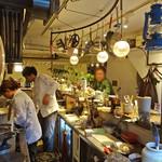 グリージョ - お鍋とランプが下がるカウンター