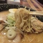 平太周 味庵 - 麺はあまり縮れていない中細麺