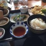 快飛 - 1番指名 しらす御膳  しらすを天ぷら、釜揚げ 生しらすで楽しめます。  付け合せの蕎麦に和えても良いかもです。