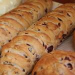 """ひとつ工房 - """"クルミクランベリ""""はライ麦の生地に香ばしいクルミと甘ずっぱいクランベリーが入ったパン♪"""