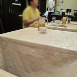 侑久上海 - カウンター席はなく、テーブル席のみ。