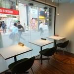 セピア カフェ - 町の流れをゆっくりと見ながら