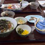 磯料理 魚伝 - まご茶漬け。向こうに見えるのは鯵の刺身。