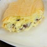 29192828 - 半分に割ってみました。バニラアイスの中に餡子。手作りの皮がパリッとして、サクサク食感なので美味しいです♪