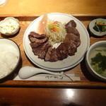 牛たんKOYAMA - 上牛タン炭火焼ご膳¥1430☆左の牛タンが塩で、右が味噌です!