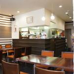 Cafe & Kitchen Rabbits - 窓際の席に座り、ほぼ店内の全景を撮った写真です