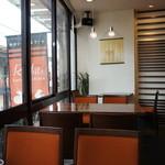 Cafe & Kitchen Rabbits - 通りを見下ろせる窓際席は、2っ