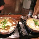 柳苑 - もつ煮込みラーメンですね。                             もつ鍋1ヶ・麺1ヶ・ご飯1ヶのセットで580円は安い!しかも、一人一鍋ですよ。                             醤油味と味噌味があるので、2人で一つずつ頼んでみました。