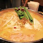 柳苑 - 濃そうで濃くない薄味の味噌味です。                             最初はちょっと物足りない感じですが、煮込めば煮込むほど具材の出汁が出て、いい感じになります。