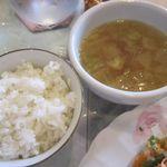 29197777 - 夏限定 お肉のサラダプレートのご飯とスープ
