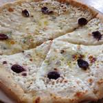 ラ ピッツァ - 4種のチーズのピツァ。この香りがたまらない…