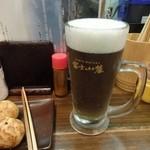 """よすが - 地ビール""""瀬戸の雫""""、淡い緑色です。"""