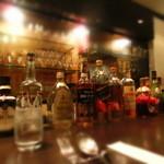 ワインバー カデンツァ - バーらしくカウンターには様々なボトルが並ぶ。
