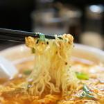 辛麺屋 輪 - 麺は細めの縮れ