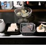 29226985 - お通し「かりかりキュウリのマリネ」、「河口屋の絶品豆腐3種盛り合わせ」